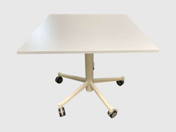 Bene Besprechungstisch arcticwhite Steh-Sitz 80x80 cm runtergefahren Frontalansicht