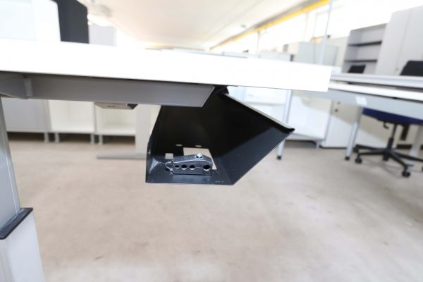 Bene Schreibtisch-weiss silber Kabelkanal