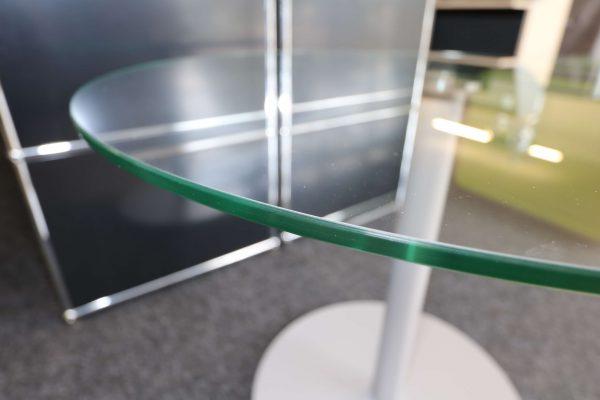 Glastisch rund mit silbergrauem Fuß Kante