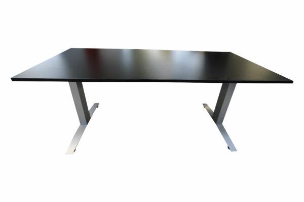 Haworth Schreibtisch schwarz hydraulisch höhenverstellbar runtergefahren Frontalansicht 1