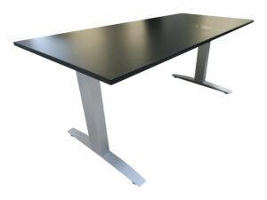 Haworth Schreibtisch schwarz hydraulisch höhenverstellbar runtergefahren Schrägansicht