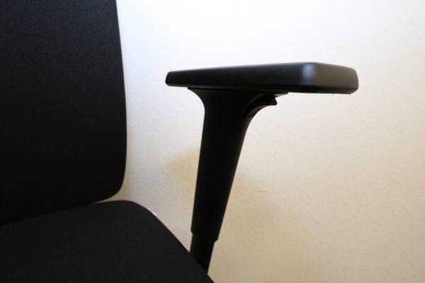 ib Business - ergonomischer Bürostuhl mit schwarzem Stuhlkreuz Armlehne seitlich