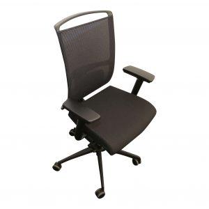 ib Premium Drehstuhl mit schwarzem Polster und schwarzem Stuhlkreuz Schraegansicht