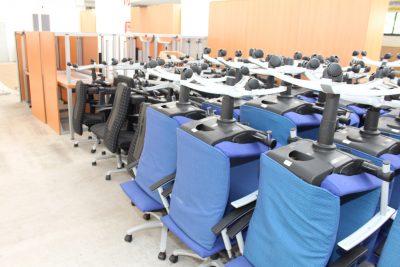 Gestapelte Stühle im Lager der idealbüro GmbH