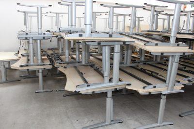 Gestapelte Tische im Lager der idealbüro GmbH