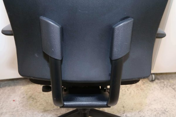 Interstuhl schwarz Detail Rückenlehne
