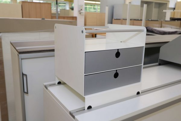 Invitation Einstell und Ablageboxen Schrägansicht Schubladenbox hier mit weißen Gehäuse