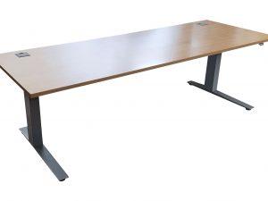Kinnarps elektrisch höhenverstellbarer Schreibtisch Ahorn 200x80 cm Schrägaufnahme