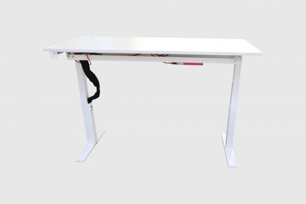 Kinnarps Serie P weiß Schreibtisch elektrisch höhenverstellbar hochgefahren Frontalansicht