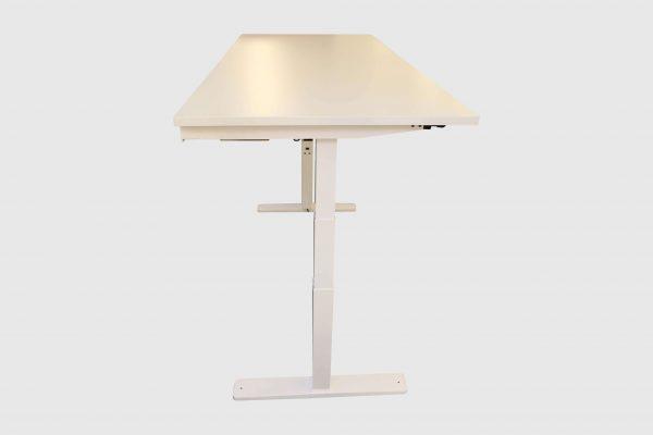 Kinnarps Serie P weiß Schreibtisch elektrisch höhenverstellbar hochgefahren Seitenansicht