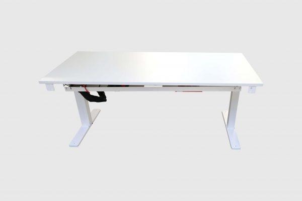 Kinnarps Serie P weiß Schreibtisch elektrisch höhenverstellbar runtergefahren Frontalansicht