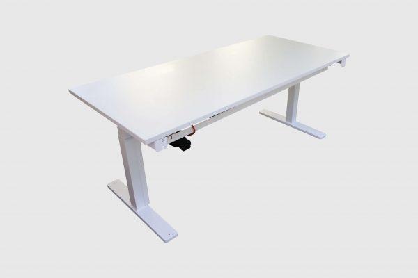 Kinnarps Serie P weiß Schreibtisch elektrisch höhenverstellbar runtergefahren Schrägansicht