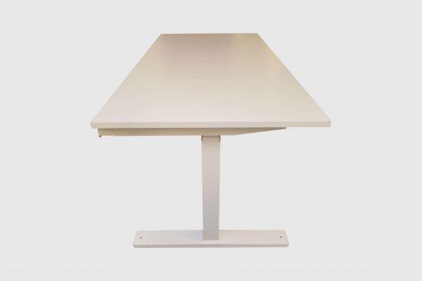 Kinnarps Serie P weiß Schreibtisch elektrisch höhenverstellbar runtergefahren Seitenansicht