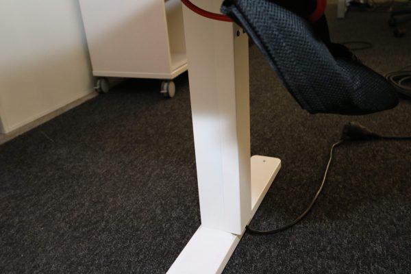 Kinnarps Serie P weiß Schreibtisch elektrisch höhenverstellbar senkrechte Kabelführung