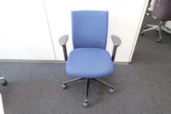 Klöber Bürodrehstuhl blau Frontalansicht