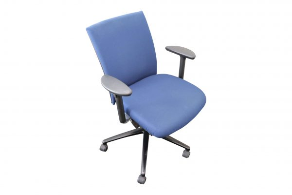 Klöber Bürodrehstuhl blau Schrägansicht