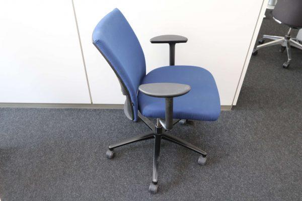 Klöber Bürodrehstuhl blau Seitenansicht