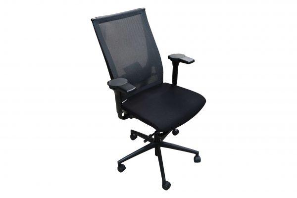 König & Neurath Bürodrehstuhl aus der Serie OKAY Schwarz freigestellt