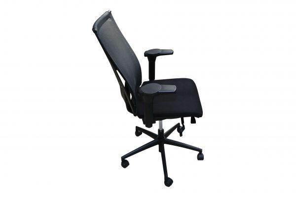 König & Neurath Bürodrehstuhl aus der Serie OKAY Schwarz Seitenansicht
