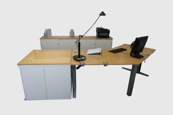 König & Neurath Chefbüro weiß Birne Echtholz mit elektrisch höhenverstellbarem Tisch Gesamtansicht Frontal