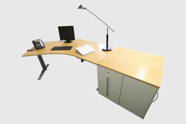 König & Neurath Chefbüro weiß Birne Echtholz mit elektrisch höhenverstellbarem Tisch Gesamtansicht Rückseite