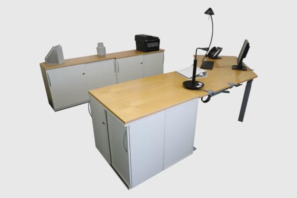 König & Neurath Chefbüro weiß Birne Echtholz mit elektrisch höhenverstellbarem Tisch Gesamtansicht Schraeg