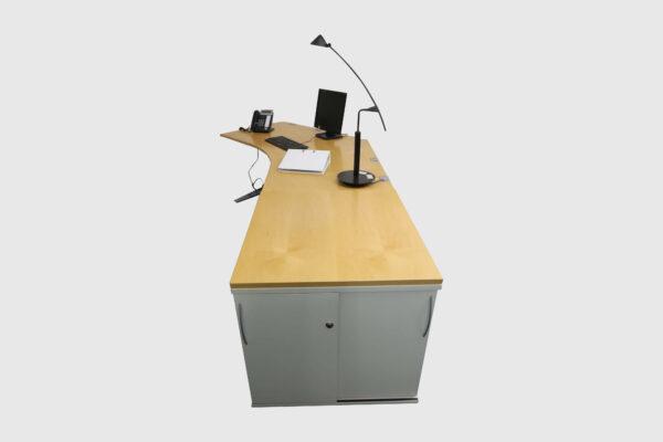 König & Neurath Chefbüro weiß Birne Echtholz mit elektrisch höhenverstellbarem Tisch Seitenansicht