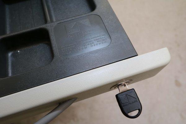 König & Neurath Rollcontainer grau mit Verfärbungen Detail Stiflade nah