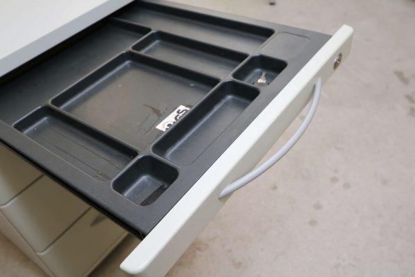 König & Neurath Rollcontainer grau mit Verfärbungen Detail Stiftlade