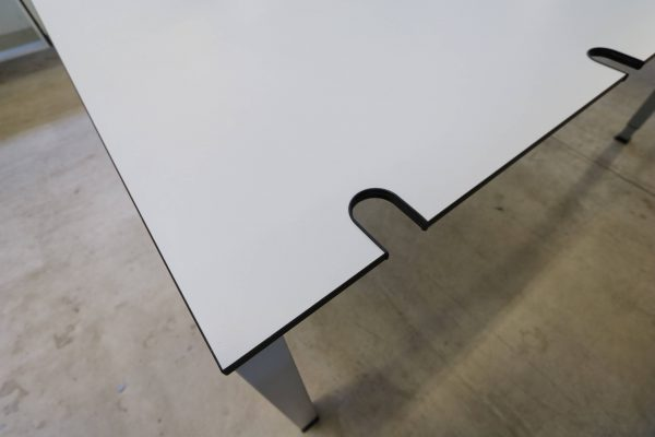 König & Neurath Arbeitsplatz lichtgrau Tisch Kabeldurchlass