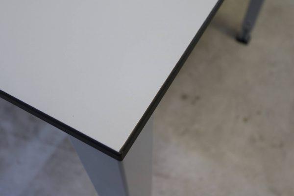 König & Neurath Arbeitsplatz lichtgrau Tischkante
