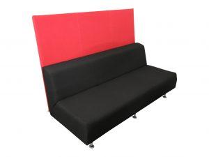 Lounge Sofa in schwarz und hoher roter Rückwand freigestellte Ansicht