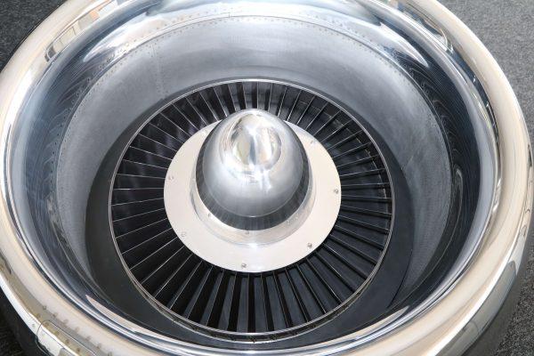 Moto Art Glas-Couchtisch aus echter Flugzeugturbine Aufsicht ohne Glasplatte ausgeleuchtete Detailaufnahme