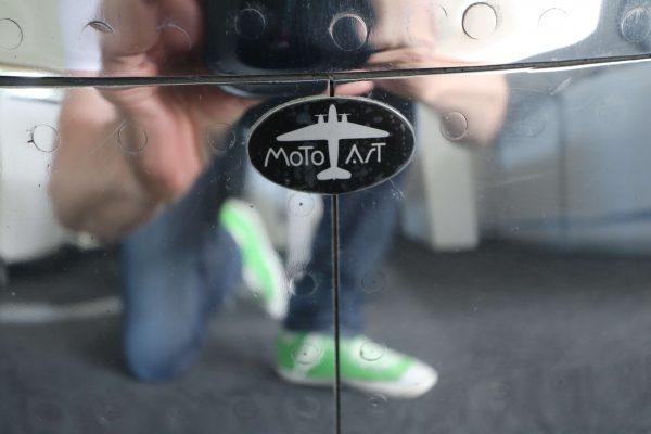 Moto Art Glas-Couchtisch aus echter Flugzeugturbine Logo Emblam aus Aluminium