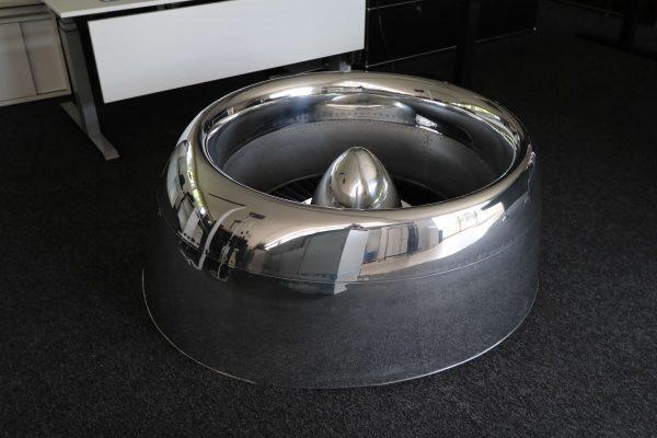 Moto Art Glas-Couchtisch aus echter Flugzeugturbine Schrägansicht links ohne Glasplatte aus Distanz