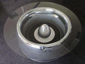 Moto Art Glas-Couchtisch aus echter Flugzeugturbine Schrägansicht mit Glasplatte