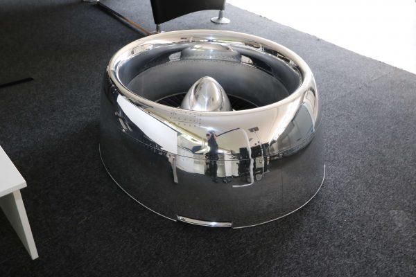 Moto Art Glas-Couchtisch aus echter Flugzeugturbine Schrägansicht rechts ohne Glasplatte aus Distanz
