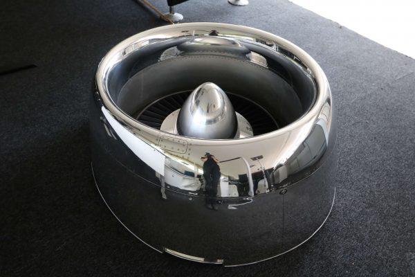 Moto Art Glas-Couchtisch aus echter Flugzeugturbine Schrägansicht rechts ohne Glasplatte nah