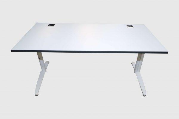 Palmberg Caldo Schreibtisch weiß mit Multiplexkante Frontalansicht