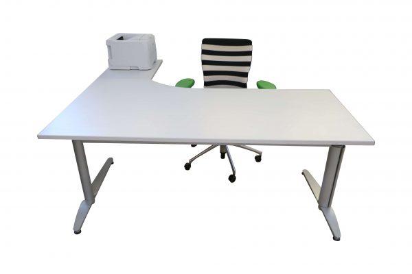 Palmberg Caldo Winkeltisch lichtgrau 90 Grad gewinkelt Frontalansicht mit Accessoires
