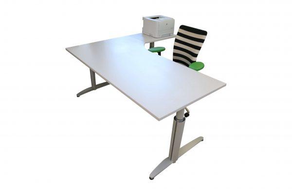 Palmberg Caldo Winkeltisch lichtgrau 90 Grad gewinkelt Schrägansicht mit Accessoires