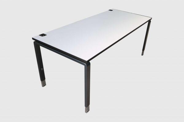 Palmberg Pensum Schreibtisch weiß schwarze Kante Schrägansicht
