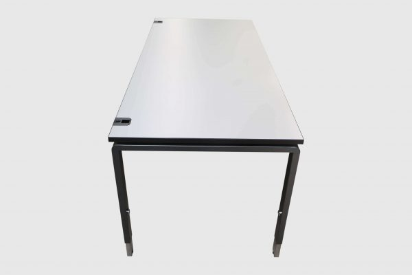 Palmberg Pensum Schreibtisch weiß schwarze Kante Seitenansicht