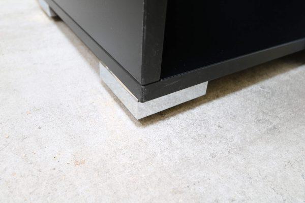 Palmberg Schiebetüren Sideboard mit weißer Glastür in schwarz Detailaufnahme Sockel