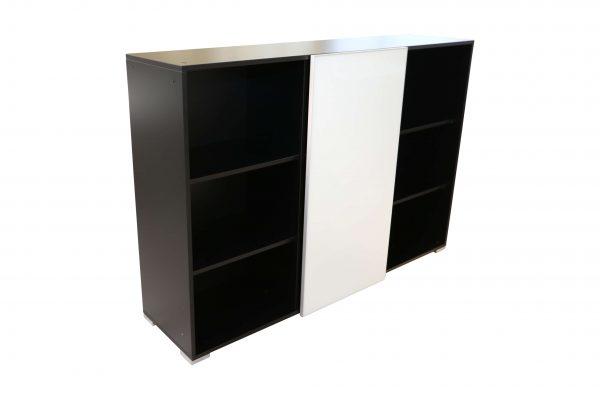 Palmberg Schiebetüren Sideboard mit weißer Glastür in schwarz leicht schräge Ansicht
