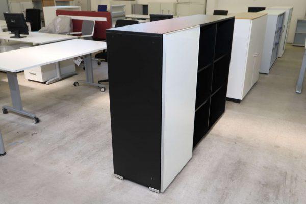 Palmberg Schiebetüren Sideboard mit weißer Glastür in schwarz leicht schräge Ansicht von links