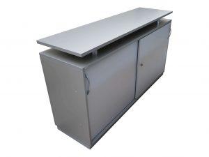 Palmberg Sideboard 2OH silbergrau-lichtgrau 160 cm breit mit Aufsatz Schrägansicht