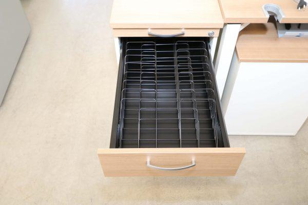 Schrägablage Formulareinsatz für Schubladen im Container Frontal