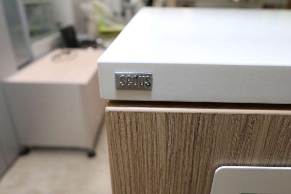 Sedus elektronisches Schließfachsystem Weiss Eiche mit elektronischen Schlüssel Detail Logo