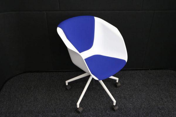 Sedus On Spot Besprechungssessel blaues Polster Schrägansicht vor schwarzem Hintergrund